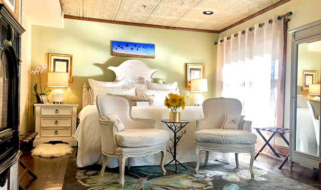 Lincoln Way Inn lovely bedroom